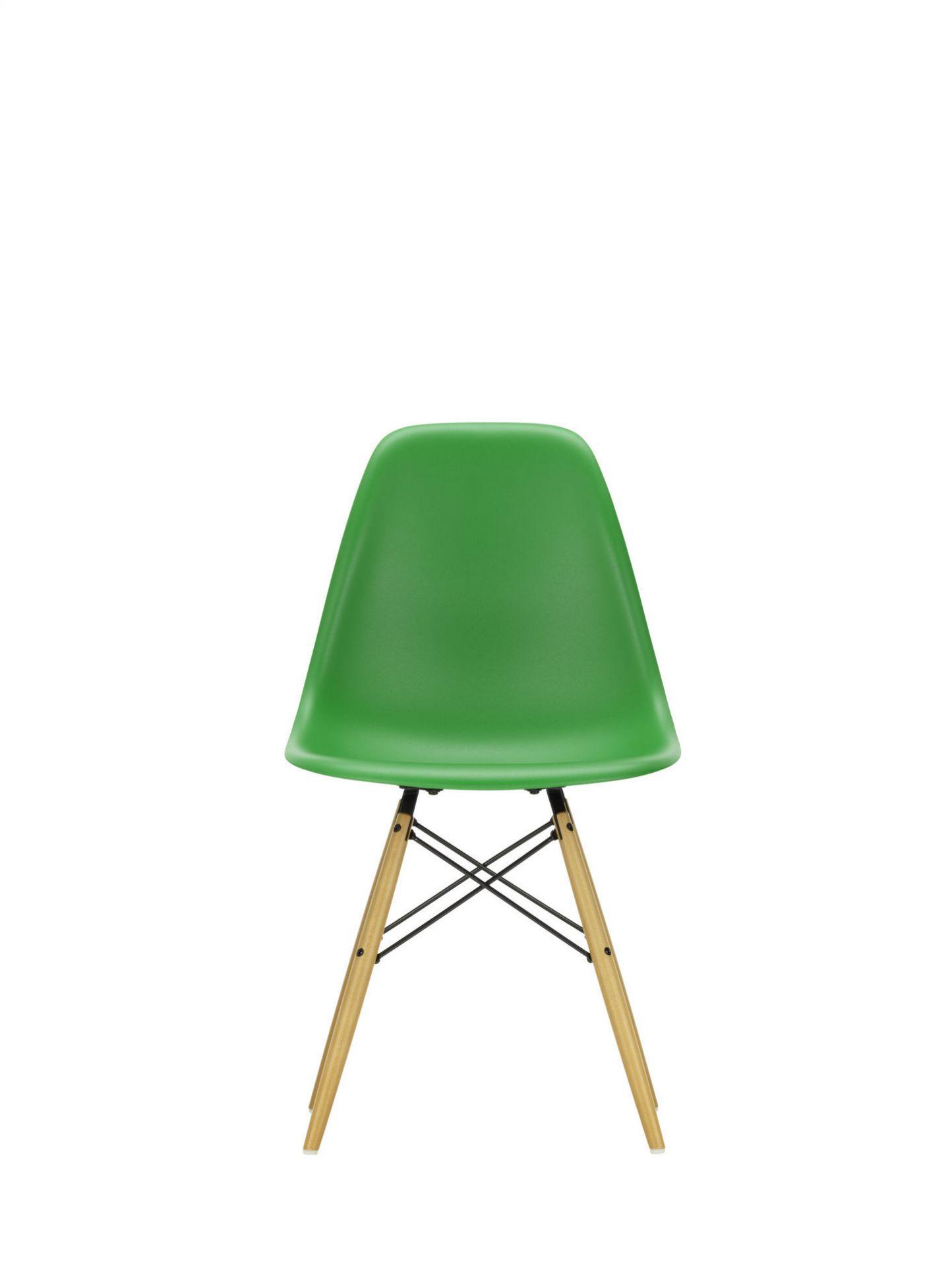 Eames Plastic Side Chair DSW Stuhl Vitra Ahorn gelblich-Zartrosa