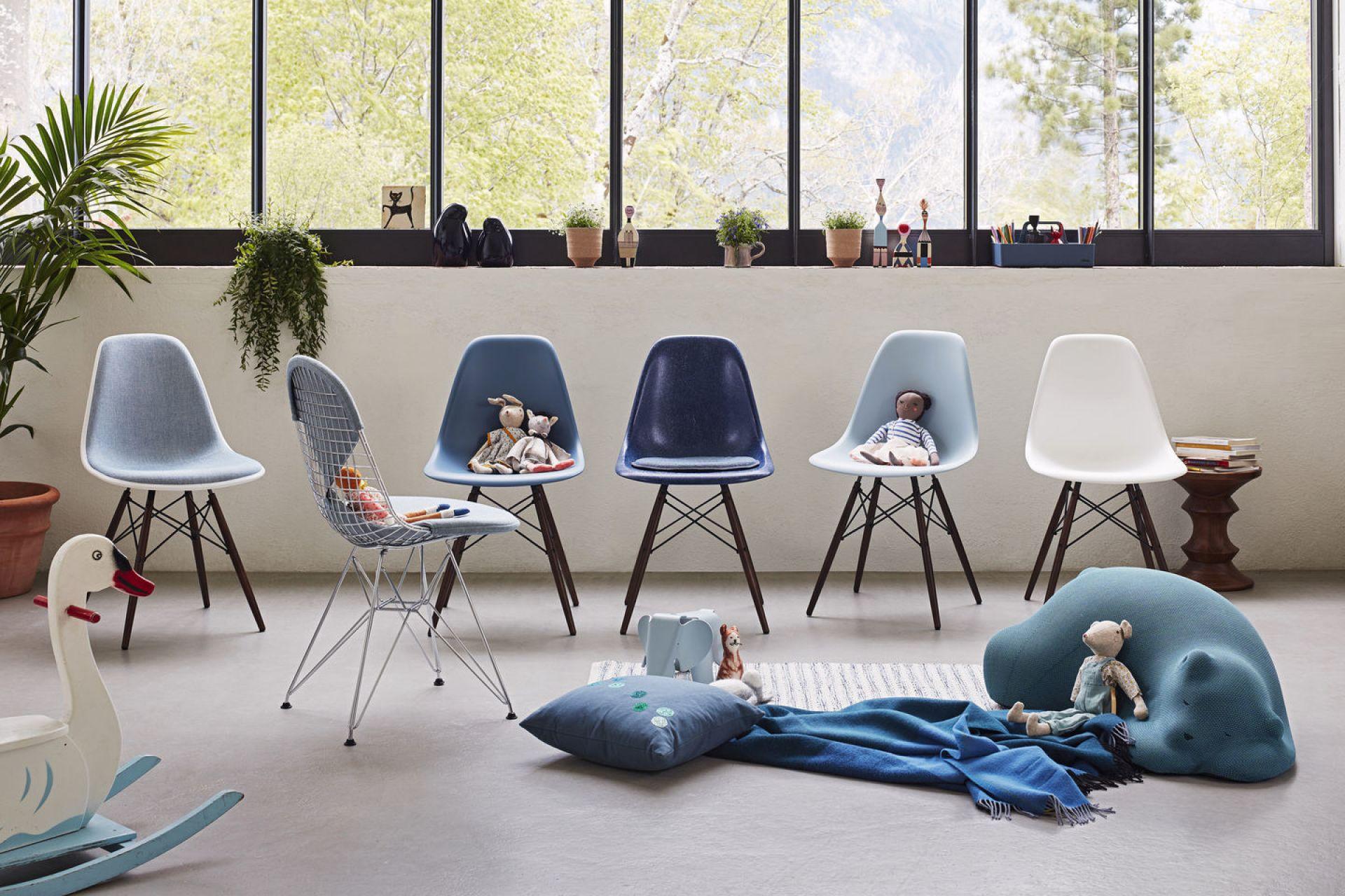 Eames Fiberglass Chair DSW Stuhl Vitra Farben 2019 Esche Honigfarben - Navy blue