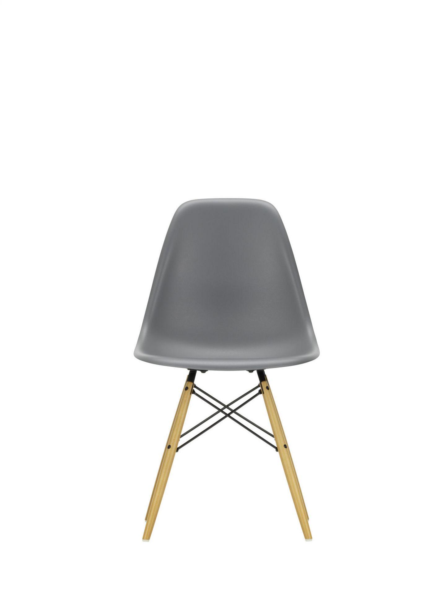 Eames Plastic Side Chair DSW Stuhl Vitra Ahorn schwarz-forest